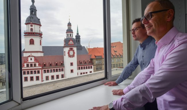 Ihre Heimatstadt haben Oliver (links) und Detlef Wuttke aus den Firmenräumen in der City fest im Blick. Detlef Wuttke gründete das Vermessungsunternehmen, eines der größten in Deutschland, 1993. Sohn Oliver übernahm vor zwei Jahren die Geschäftsführung und zog kürzlich zurück nach Chemnitz.