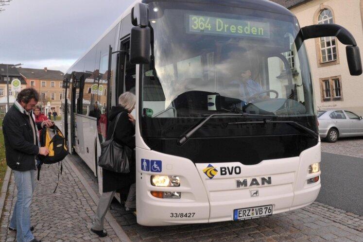 """<p class=""""artikelinhalt"""">Eine der letzten Fahrten auf der alten Buslinie im Herbst 2010, die einst direkt von Olbernhau über Frauenstein (hier der Markt in der Stadt) nach Dresden führte. Die Direktverbindung wurde eingestellt. </p>"""
