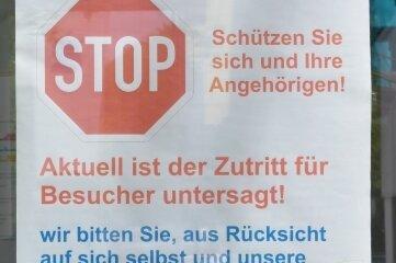 Dieser Hinweis hängt am Eingang zum Kreiskrankenhaus Freiberg.