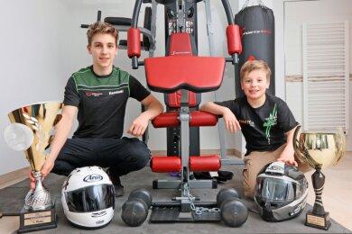 Marvin (links) und Mika Siebdrath haben im Motorradsport schon einige Pokale eingefahren. Zu Hause in Wildenfels bereiten sie sich derzeit auch mit Krafttraining auf die neue Saison vor.