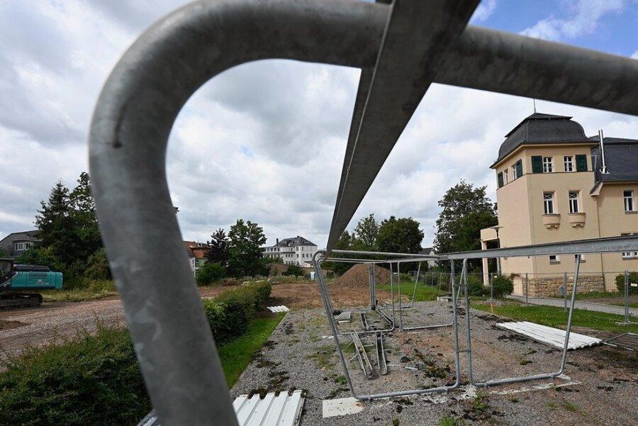 Neben dem Limbach-Oberfrohnaer Gymnasium wird eine Sporthalle gebaut. Teile früherer Fahrradständer wurden bereits abgerissen.