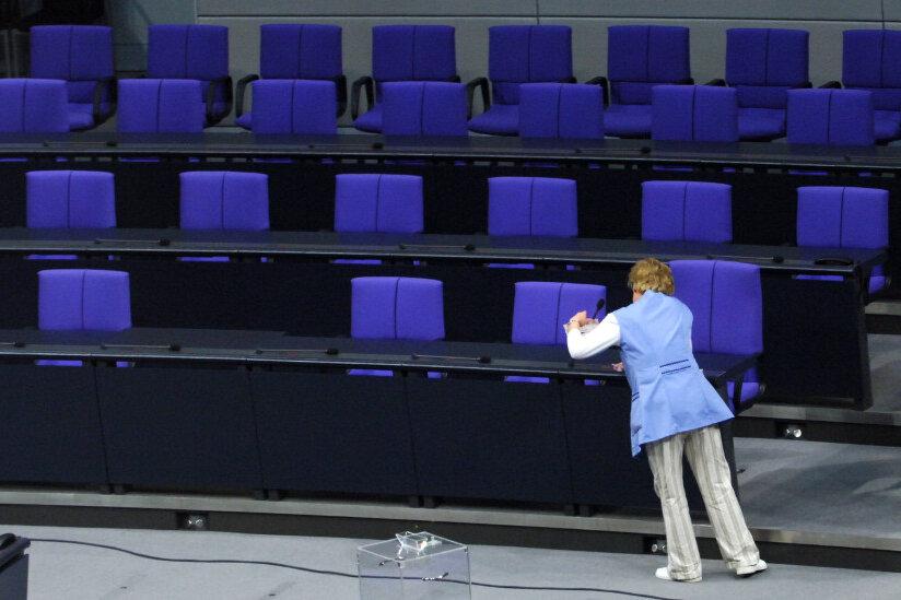 Reinigungskraft im Plenarsaal des Bundestages in Berlin. Finden die Bürger ausreichend Beachtung?