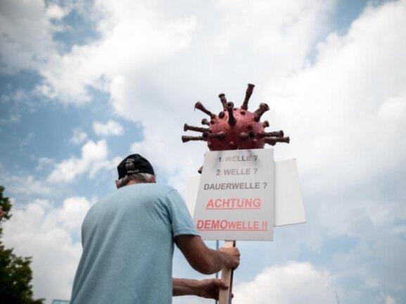 Ein Teilnehmer einer Aktion der selbsterklärten «Querdenker».