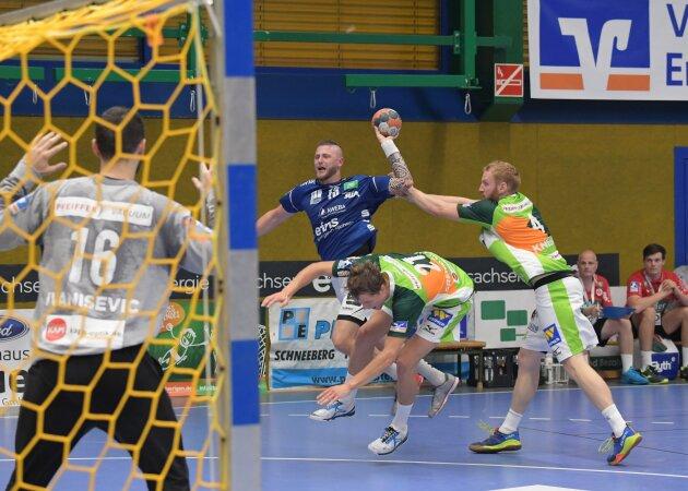 Der Auer Mindaugas Dumcius (am Ball) konnte sich hier gegen die Wetzlarer Emil Frend-Ofors (Mitte) und Stefan Kneer durchsetzen.