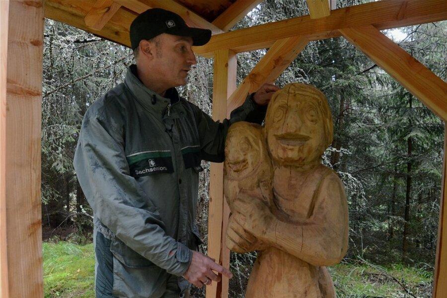 Revierförster Dirk Schönfelder an einer Ameisenfigur, deren Fühler abgebrochen wurden. Die Holzskulpturen gehören zur kurz vor der Fertigstellung stehenden Ameisenstraße, dem neuen naturkundlichen Naturlehrpfad im Zinsbachtal zwischen Jungfernsprung bei Grünheide und Rautenkranz.