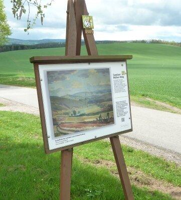Staffeleien mit Werken Saydaer Künstler finden sich entlang des Malerweges.