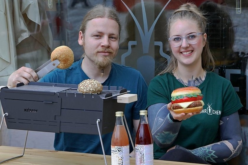 """Annemarie Friedrich und Lucien Berrier vom """"Möhrchen"""" in Glauchau bereiten sich auf den Genussmarkt vor. Zum Angebot gehören gesunde Burger."""