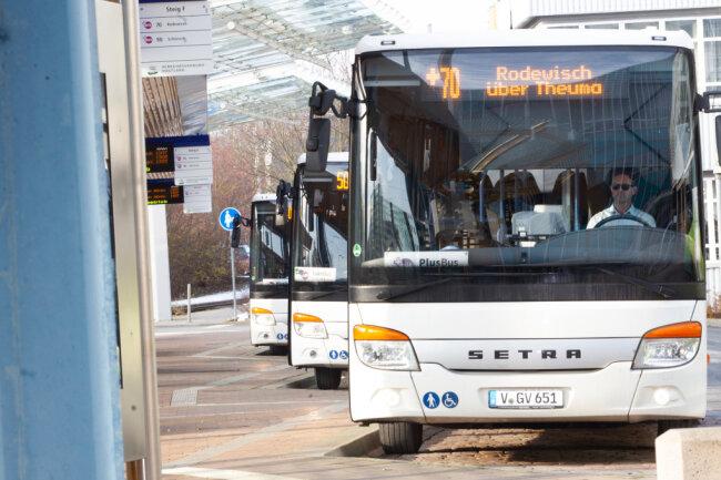 Feine Sache, der PlusBus. Zeitlich aufeinander abgestimmt starten stündlich die Busse - wie im Bild am Oberer Bahnhof Plauen - zu den anderen Verknüpfungspunkten. Acht PlusBus-Linien gibt es im Vogtland.
