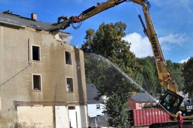 Das unbewohnte und marode Wohnhaus an der Ernst-Thälmann-Straße im Flöhaer Ortsteil Falkenau konnte 2020 mittels Leader-Fördermitteln abgerissen werden. Die Freifläche wurde anschließend begrünt.