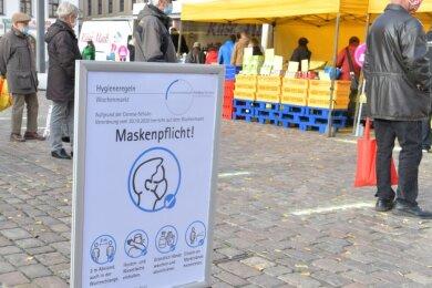 Zu Wochenmärkten wie hier auf dem Freiberger Obermarkt gilt im Landkreis seit Monaten eine Maskenpflicht.