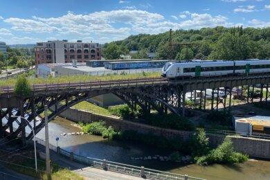 Die Deutsche Bahn will das Viadukt, das die Annaberger Straße und die Chemnitz überspannt, im Zeitraum zwischen 2022 und 2025 sanieren. Derzeit läuft das Plangenehmigungsverfahren für die Bauarbeiten. Die Unterlagen dazu sollen in Kürze öffentlich ausgelegt werden.