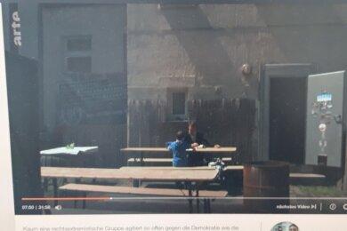 ZDF-Doku zeigt: Stadt- und Kreisrat Tony Gentsch von der rechtsextremistischen Partei Dritter Weg gibt in einem Plauener Hinterhof Nachhilfe für Schüler. Der Film stößt auf Kritik.
