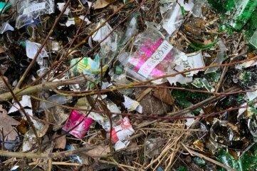 Glasscherben, Papier, Plastik und anderer Unrat zeugen von den Unvernunft einiger Zeitgenossen.