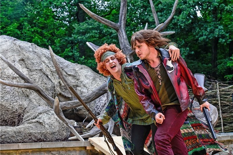 """Mit seinem Kumpel, dem Roten (Martin Esser, l.), geht Stülpners Karl (Martin Valdeig) durch Dick und Dünn. Oder sie tun so. Denn beide gehören auf der Chemnitzer Küchwaldbühne in Andreas Rehschuhs Version des Stülpner-Stoffs zu einer Theatertruppe, die die Legende vom """"sächsischen Robin Hood"""" auf die Bühne bringt."""