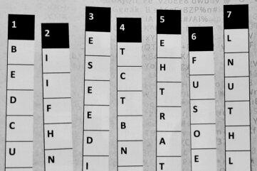 Das in sieben Streifen zerlegte Quadrat mit den 49 Buchstaben der Botschaft.