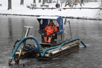 René Barthel, Mitarbeiter der Firma Oehme, säubert mit einem speziellen Schwimmbagger einen Teil des Schloßteiches. Die Technik erlaubt es, das Gewässer zu entschlammen, ohne das Wasser abzulassen.