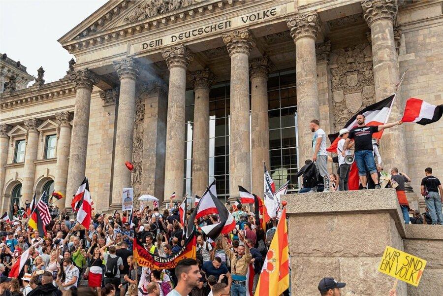 Teilnehmer einer Kundgebung gegen die Corona-Maßnahmen stürmten am 29. August die Stufen des Reichstagsgebäudes in Berlin. Einige schwenkten Reichsflaggen - in der rechten Szene ein populäres Symbol. Ins Innere des Gebäudes gelangten sie nicht. Dennoch sorgte der Auftritt für Empörung.