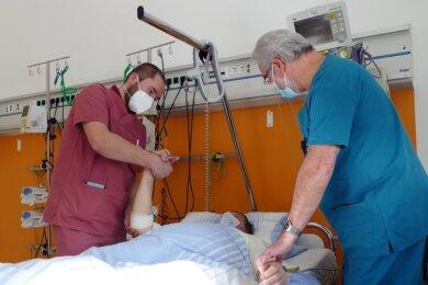 Im Beisein von Chefarzt Dr. Norbert Heide kümmert sich Toni Löschner um einen Stroke-Patienten. Der Ergotherapeut prüft zunächst die körperlichen und motorischen Fähigkeiten, um dann ein Bewegungstraining abzuleiten.
