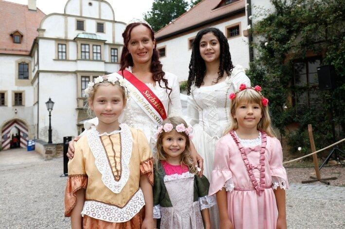 In Begleitung von Schlossprinzessin Jeanette I. und Aya Nasser durften Maria, Laura und Lina (v. l.) Kleider anprobieren. Foto: Markus Pfeifer