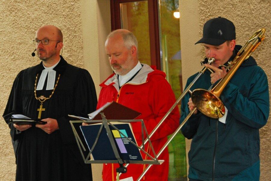 Bischof predigt im Pfarrgarten in Geilsdorf