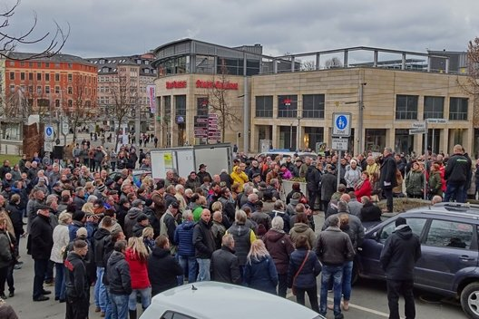 Geschätzte 300 Demonstranten waren bei der Kundgebung am Plauener Wendedenkmal anwesend.