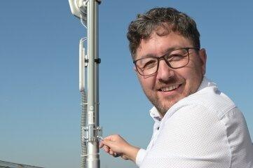 Jörg Martin von Smart City beim Installieren der Netzwerk-Antenne.
