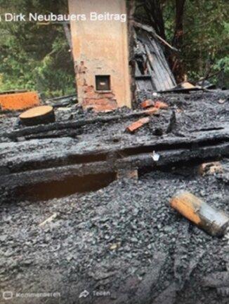 Die Überreste der alten Hütte auf dem Gelände des Arboretums nach dem Brand.