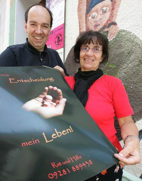 Mit 1000 Plakaten soll das Hilfsangebot im Vogtland und Oberfranken bekannt gemacht werden. Ulrike Jäckel vom Verein Kaleb gehört zu den Initiatoren, Helko Grimm hat die Plakate kostenfrei gedruckt.