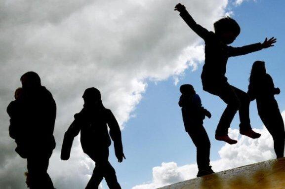 Kinder wachsen unterschiedlich schnell. Sind sie aber wesentlich kleiner oder größer als der Durchschnitt im jeweiligen Alter, lassen Eltern das lieber abklären.