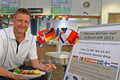 Patrick Ebert, stellvertretender Küchenchef der Mensa Ring, präsentiert den Teller mit Sankt Petersburger Pfefferfleisch.