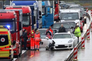 In Höhe der Anschlussstelle Meerane-West kam es zu einem Unfall zwischen einem Porsche und einem Lkw