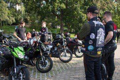 Vor der gemeinsamen Ausfahrt, zu der am Sonntag die Oederaner Motorradfahrer eingeladen hatten, nutzen die Teilnehmer die Zeit zum Erfahrungsaustausch.
