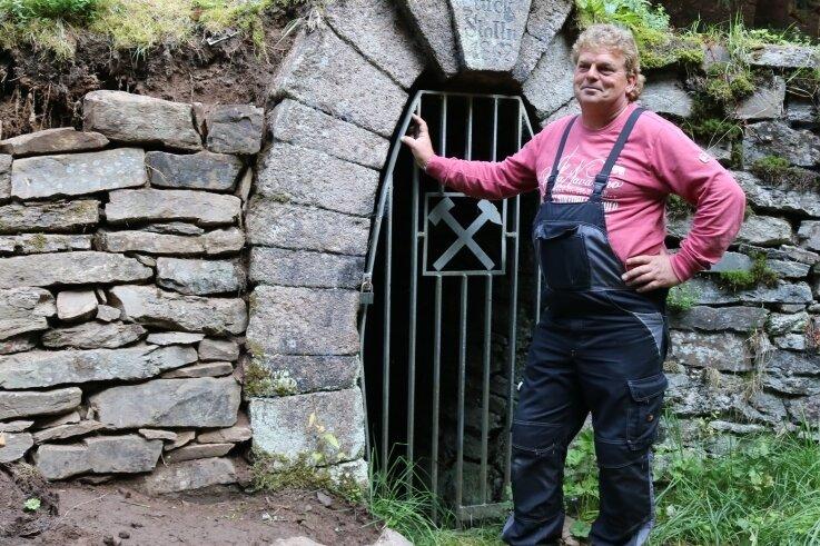 """Frank Vollert, der hier am Mundloch des """"Gegenglück Stollens"""" in Johanngeorgenstadt steht, engagiert sich für die Sicherung der dortigen Trockenmauer und für den Lehrpfad, zu dem der Stollen gehört."""
