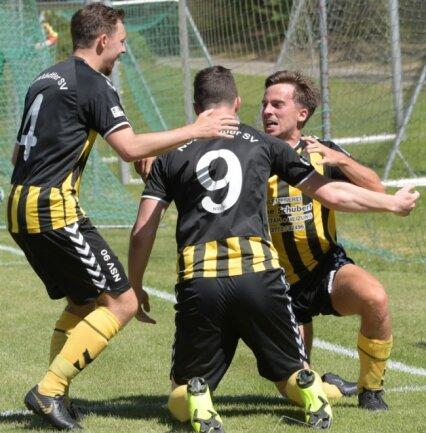 Die Neustädtler Fußballer Tom Windirsch und Nik Born bejubeln mit dem Torschützen Moritz Karsunke (v. l.) den Siegtreffer.
