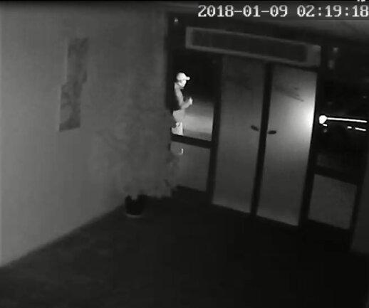 Die Polizei fährt vor, der Täter steht vor dem Haus. Doch die Zeit ist laut Inhaber falsch: 1.19 Uhr wäre korrekt.