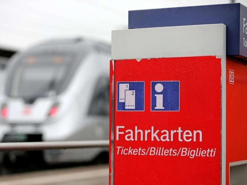Mit der vorübergehenden Senkung der Mehrwertsteuer sollen auch die Bahntickets günstiger werden.