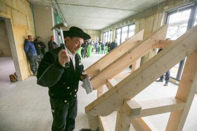 Den letzten Nagel setzt der Zimmermann. An der Kita Buntspechte wurde Richtfest gefeiert.