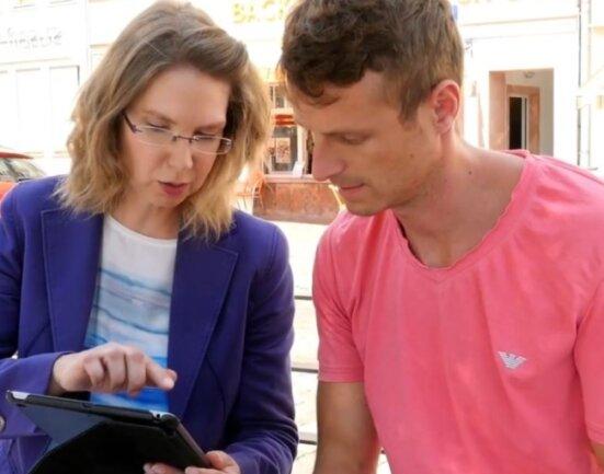 Miriam Stareprawo-Hoffmann, Blockchain-Koordinatorin bei der Volksbank Mittweida, tauscht ihre Erfahrungen mit Philipp Ramin, Geschäftsführer des Innovationszentrums für Industrie 4.0, aus.