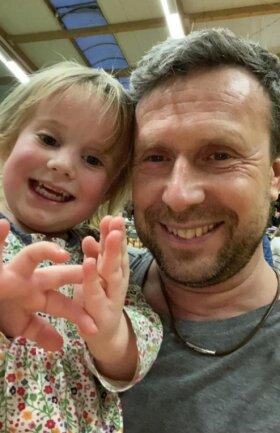 Ein Foto aus besseren Tagen: Nico Brischke mit seiner kleinen Tochter Frieda. Seit dem schlimmen Vorkommnis im Lugauer Rathaus steht das Mädchen unter Schock.