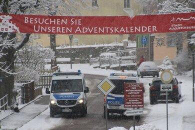 Die Polizei zeigte am Sonnabend eine hohe Präsenz in Augustusburg. So wurden vor allem Kraftfahrzeuge mit auswärtigem Kennzeichen daraufhin kontrolliert, ob es einen triftigen Grund für die Fahrt in die Stadt gegeben hat.