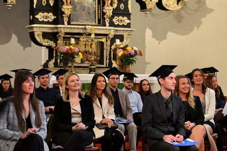 Rund 80 Absolventen der Hochschule wurden am Donnerstag in einer von vier Exmatrikulationsfeiern in der Stadtkirche geehrt.
