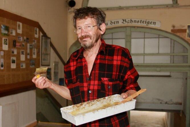 Michael Friedemann beweist Zivilcourage und tapezierte die zuvor beschmierte Bahnhofshalle.