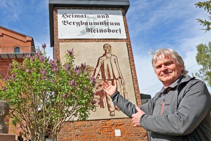 Helmar Sittner rettete mit dem Relief ein Stück Kunstgeschichte. Die Herkunft des Graffitos möchte er nun aufklären.