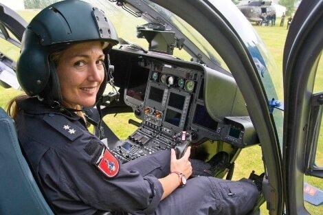 Pilotin Manuela Uhlig (l.) ist startklar im Eurocopter 135 der Bundespolizei.