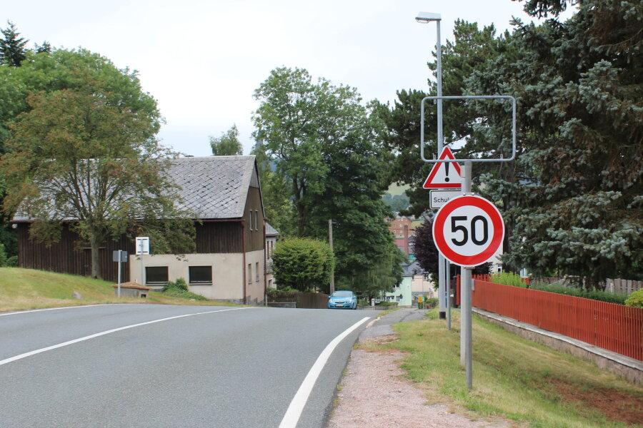 Das Schild kann wieder an seinen ursprünglichen Platz befestigt werden.