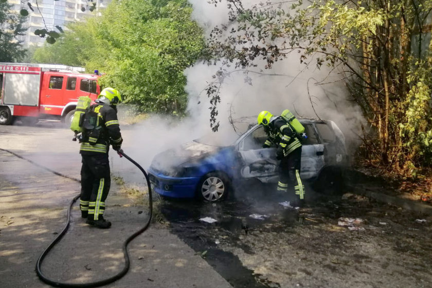Abgestelltes Auto gerät in Brand