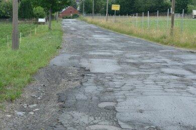 Im Grunde keine Straße mehr: Der LPG-Weg in Arnoldsgrün muss dringend gebaut werden. Über die Höhe der Baukosten gibt's Streit.