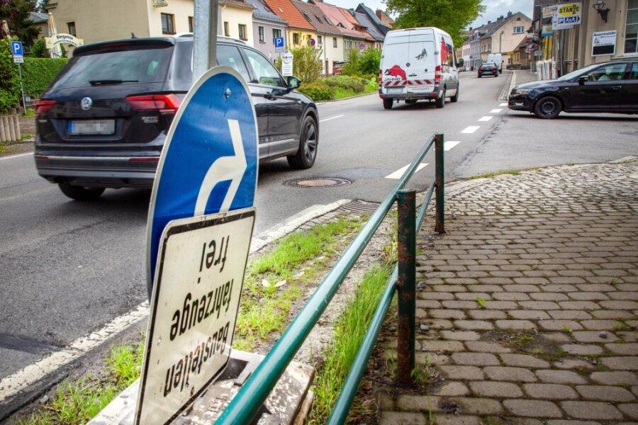 Die hier noch am Straßenrand abgestellten Schilder werden ab dem heutigen Montag die Fahrbahn der Bundesstraße 173 im Bereich der Wiesenstraße in Oederan sperren. Eine Fußgänger-Querungshilfe soll für einen sichereren Schulweg entstehen. Eine weiträumige Umleitung wird eingerichtet.