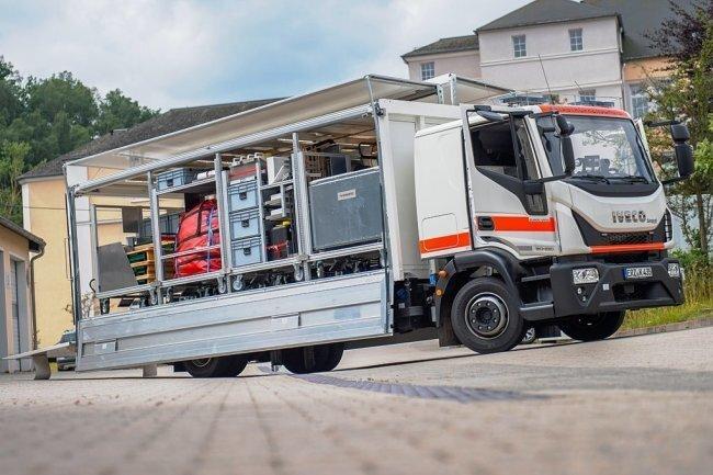 Zur Fahrzeugflotte vom 1. Einsatzzug des Katastrophenschutzes Erzgebirge gehört dieser sogenannte Gerätewagen Versorgung. Das Spezialfahrzeug, mit Rollwagen ausgestattet, macht es für die Johanniter im Ernstfall einfacher, ihre Aufgaben zu erfüllen.