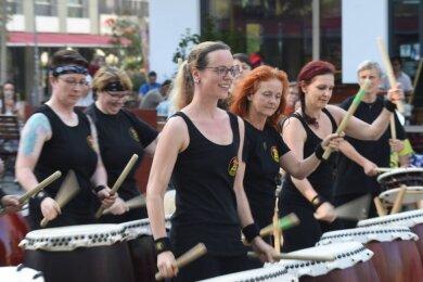 """Die Chemnitzer Percussion-Gruppe """"Hibiki Daiko"""" bei dem Musikfestival 2019."""